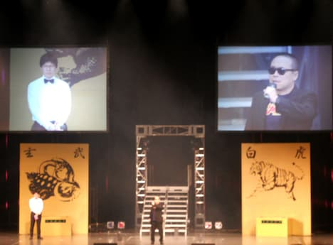 本日12月14日、東京・中野サンプラザにて行われた大喜利王決定戦「ダイナマイト関西2010 fourth」の模様。館長のバッファロー吾郎・木村は場所にちなんで「サンプラザ中野」のモノマネで登場。