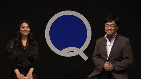 「Q~わたしの思考探究~」司会の小池栄子と文化人類学者・上田紀行(左から)。(c)NHK