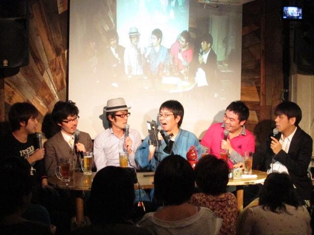 東京・新宿Naked Loftにて開催された大輪教授、スパローズ、飛石連休・藤井、くじらによるトークライブ「若手ベテラン会」。ゲストは今泉。芸歴15年を越えてなお若手芸人と呼ばれる彼らの爆笑トークが満載となっている。