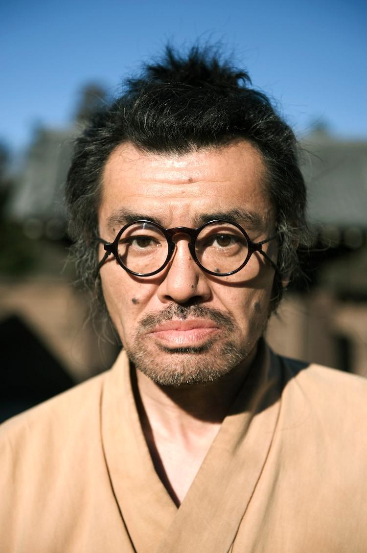 松本人志監督映画「さや侍」で野見隆明が演じる主人公・野見勘十郎。彼の装着しているめがねが「『野見勘十郎』めがね」だ。