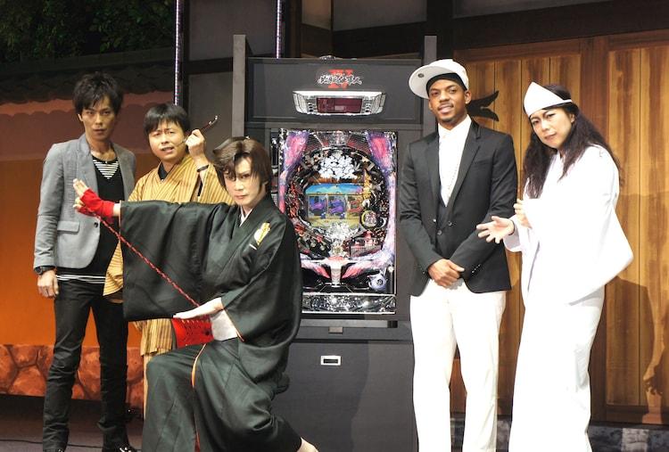 「ぱちんこ 必殺仕事人IV」の特別先行展示会に登場した(左から)次長課長、京本政樹、ジェロ、椿鬼奴。