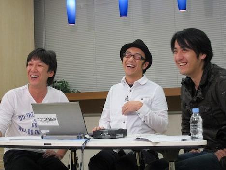 ニコニコ生放送「『ウレロ☆未確認少女』をみんなで見よう」に登場した東京03の飯塚と角田、佐久間宣行プロデューサー。
