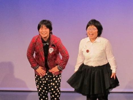 """東京・松竹芸能 新宿角座にて開催された「チキチキジョニー東京初単独ライブ~クソブスブタメガネ~」。舞台では""""ジョニー""""にまつわる曲を使い、オープニングVTRは、THE イナズマ戦隊が2人に作った曲「ジョニー!!」を使用。"""
