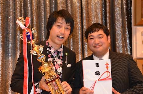 「第3回 あなたが選ぶ!お笑いハーベスト大賞~金メダル次世代芸人大集合!」で優勝した三拍子。左が高倉、右が久保。