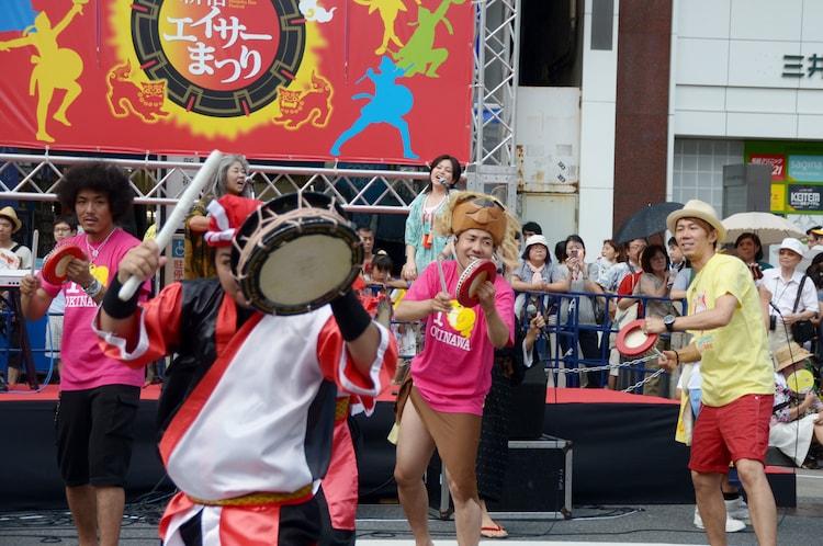 エイサーチーム「富盛青年会」とともに踊る大西ライオン(中央)とトータルテンボス(両端)。