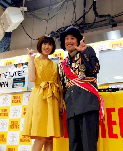 MIX CD「PLATINUM DISC」の発売記念インストアイベントに登場したDJやついいちろう(右)と、ゲストの松本伊代。