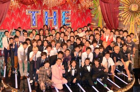 「THE MANZAI 2012 認定漫才師」達と、フジテレビ系で放送される決勝戦の司会・ナインティナイン(前列中央)。