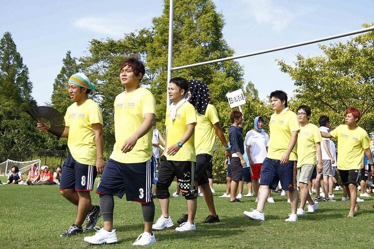 おしゃべり野郎Aチームの入場。リーダーのサカイスト・デンペーの姿が見当たらず。(c)藤澤孝代(フォトプロ)