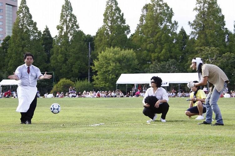 おじさん達チームはリフティングできる参加者が見つからず、すしざんまいの社長にたくすも、社長はリフティングそっちのけで「ハイ!」とポーズ。(c)藤澤孝代(フォトプロ)