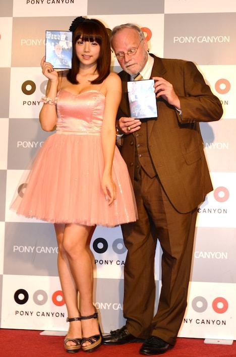 DVD「ジョージ・ポットマンの平成史」の記者発表会に登場したジョージ・ポットマン教授(右)と、グラビアアイドルの篠崎愛(左)。