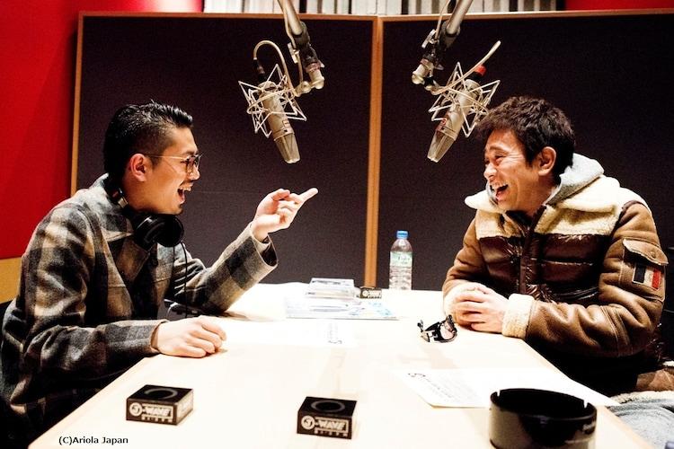 ダウンタウン浜田雅功(右)と、長男でOKAMOTO'Sのベーシストであるハマ・オカモト(左)の親子対談が、ラジオ番組「RADIPEDIA」で実現。(c)Ariola Japan
