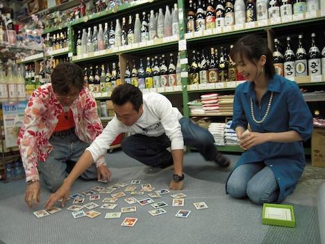「モヤモヤさまぁ~ず2」に出演する(左から)さまぁ~ずと、大江麻理子(テレビ東京アナウンサー)。写真はDVD-BOXのVol.16より。(c)テレビ東京
