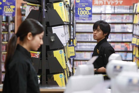 2月22日よりTSUTAYA限定レンタルが開始されるバカリズム主演スペシャルドラマDVD「ひとり交換日記」の一場面。内村光良監督の映画「ボクたちの交換日記」のスピンオフストーリーとなっている。(c)2013「ボクたちの交換日記」製作委員会