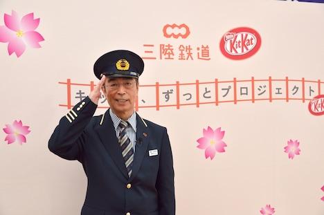 岩手県吉浜駅の非常勤駅長に就任した志村けん。