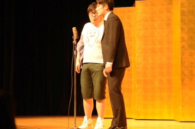 「平成25年 漫才新人大賞」予選会でネタを披露するベイビーフロート。