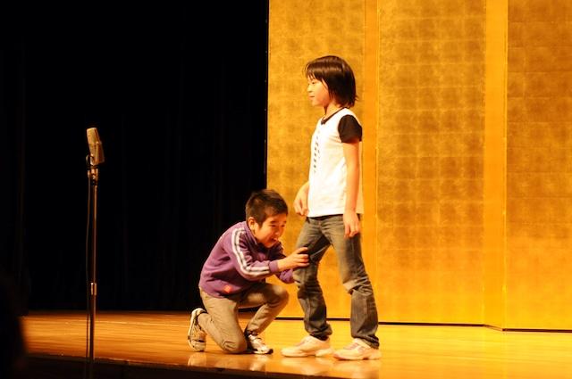 「平成25年 漫才新人大賞」予選会でネタを披露するはるとかんた。