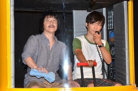 """オムニバスコント番組「LIFE!~人生に捧げるコント」の""""謎の巨大深海生物""""をテーマにしたコントで、博士に扮するウッチャンナンチャン内村光良(左)と、操縦士に扮する星野源(右)。"""