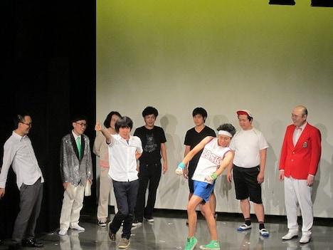 「第2回 ノーセンスユニークボケ王決定戦」で優勝したサンシャイン池崎(写真手前右)。