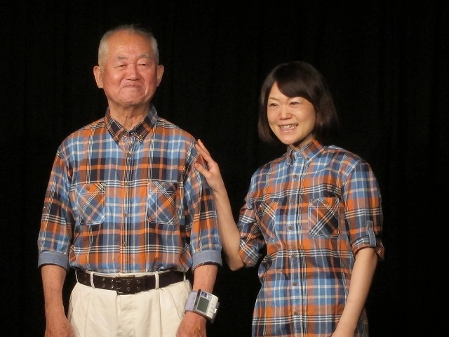 めいどのみやげ。父の腕には観客に安心してもらうため血圧計。