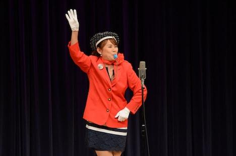 「邦子のバスガイド」を披露した山田邦子。MCでも会場を盛り上げた。