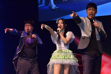 KYORAKU新機種「ぱちんこコードギアス 反逆のルルーシュ」特別先行展示会のゲストステージに登場した、天津・向、古川愛李(SKE48)、あべこうじ(左から)。