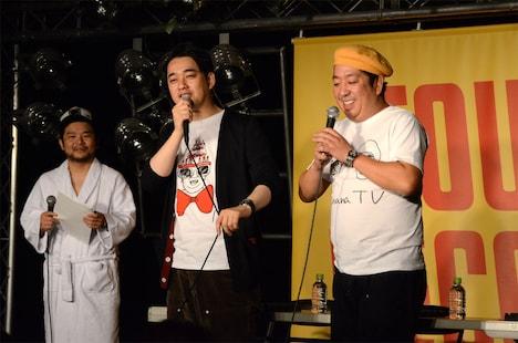 「バナナTV」発売記念イベントに登場したバナナマンと、進行役を務めたシャワー兄弟こと宮嵜(左)。