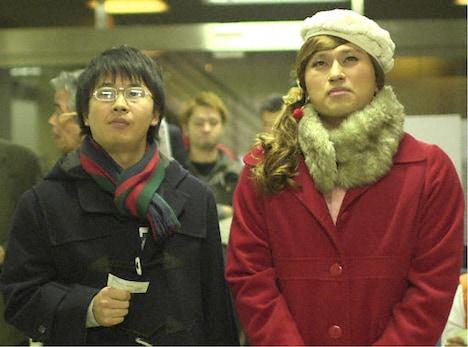 「内村とザワつく夜 イヴまであと1週間!ザワつく聖夜を笑い飛ばそうSP」で、クリスマスに競馬場でデートするマサヤス(左)とカス子(右)を演じるオードリー。(c)TBS