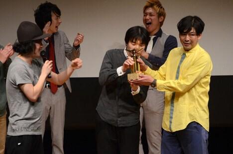 優勝したYes-manには、エレキコミックが受賞したNHK新人演芸大賞のトロフィーが贈られた。