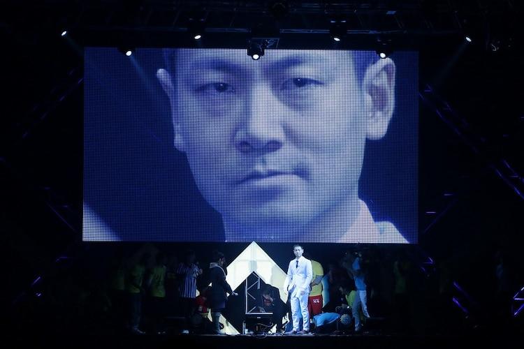 2013年12月31日、大阪・インテックス大阪5号館で開催されたカウントダウンライブで福井が公開プロポーズを行った様子。