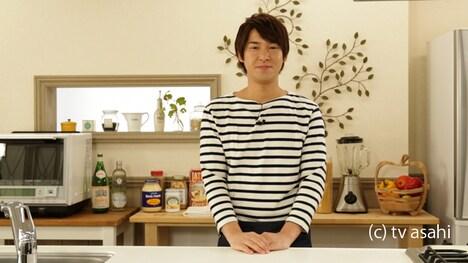 新番組「うるおい食堂」でMCと料理人を務めるハイキングウォーキング松田。(c)テレビ朝日