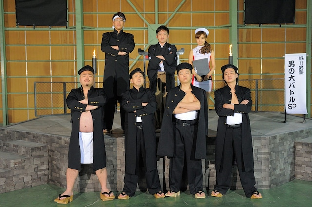 PlayStation3専用ソフト「魁!!男塾 ~日本よ、これが男である!~」のPR用ムービーに出演している(上段左から)古坂大魔王、X-GUNさがね、木口亜矢。(下段左から)安田大サーカス・クロちゃん、ななめ45°。