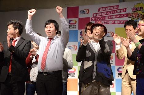 「週末!爆走お笑いバトル」で優勝したアームストロング(中央)。