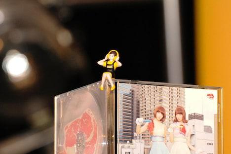 バニラビーンズのCDにちょこんと座ったタワーレコードのフチ子。
