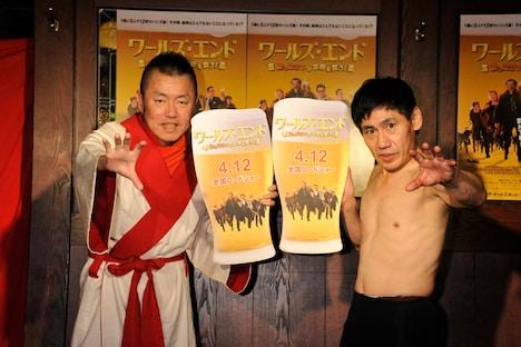 映画「ワールズ・エンド 酔っぱらいが世界を救う!」の公開記念イベントに出演した(左から)春一番、エスパー伊東。