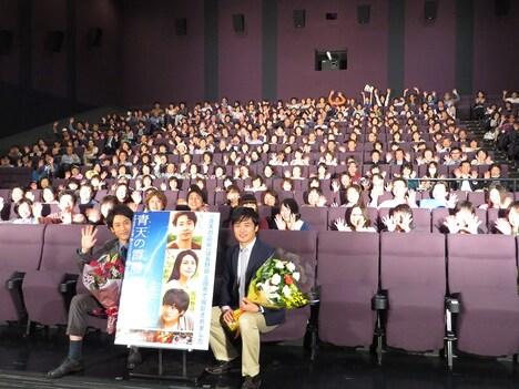 長野・TOHOシネマズ上田にて行われた映画「青天の霹靂」凱旋舞台挨拶に出席した劇団ひとり(右)と大泉洋(左)。