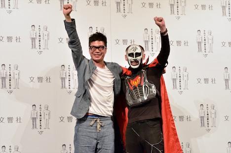 書籍「それでも僕は夢を見る」の上映会イベントに出演した、鉄拳(右)、水野敬也(左)。