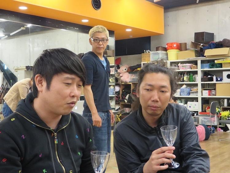 「田村亮一座実験公演『ぶちかまし太郎、走って逃げる。』」に出演するギンナナ金成(左)とマンボウやしろ(右)。