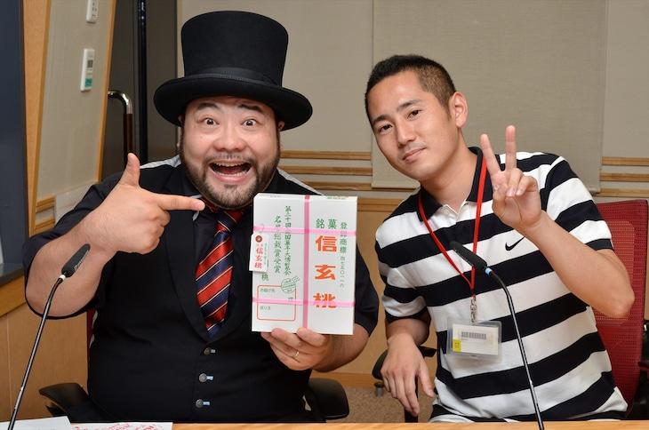 「パシャオク」で「髭男爵 山田ルイ53世のルネッサンスラジオ」の収録現場に立ち会う権利を落札した藤原さん(右)と、髭男爵・山田ルイ53世(左)。