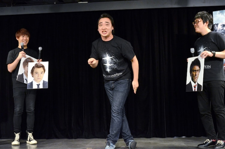 一発ギャグを披露するジャングルポケット斉藤(中央)。