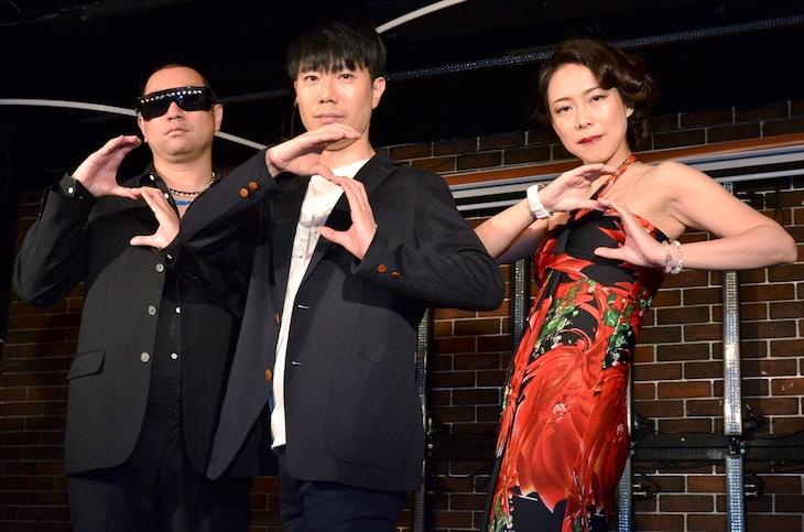 新音楽レーベル「SLENDERIE RECORD」の設立を発表した藤井隆(中央)と、レイザーラモンRG(左)、椿鬼奴(右)。