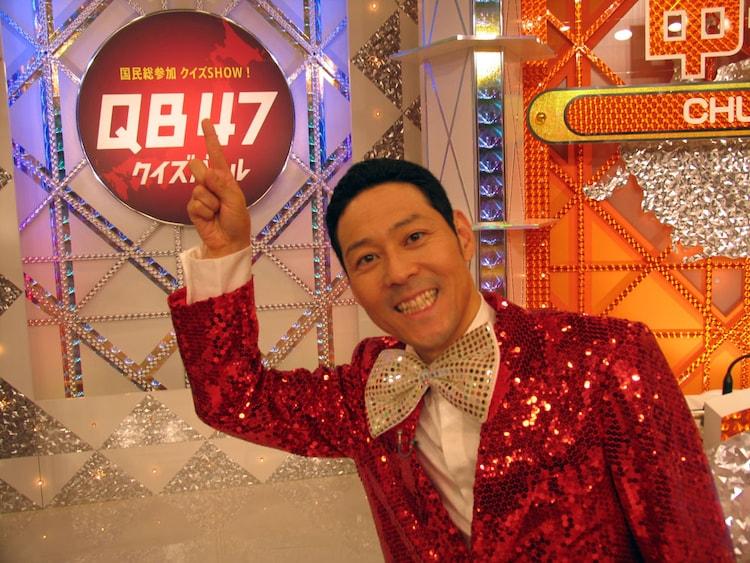 「国民総参加クイズSHOW!QB47(クイズバトル47)」司会の東野幸治。(c)NHK