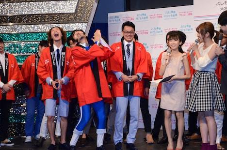 GAG少年楽団・福井扮するヨイショマンは、会見中何でもヨイショして盛り上げた。