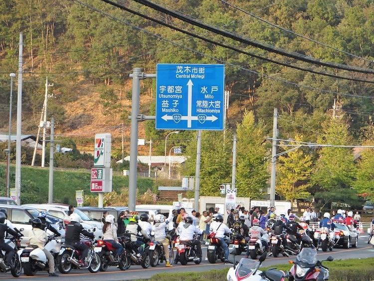 「グランプリロードR123パレード」でのバイクの大行列。