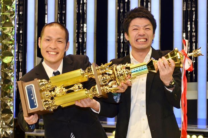 「平成26年度 NHK新人お笑い大賞」で大賞を受賞したアイロンヘッド。左が毛利、右が辻井。