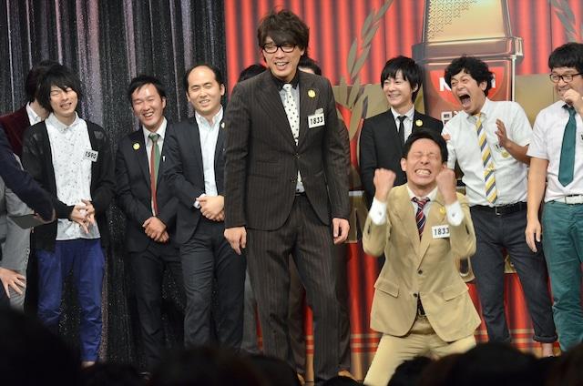 「日清食品 THE MANZAI 2014」本戦サーキット3日目で1位と発表され、膝立ちになって喜びを爆発させる囲碁将棋・根建(手前右)と、文田(中央)。