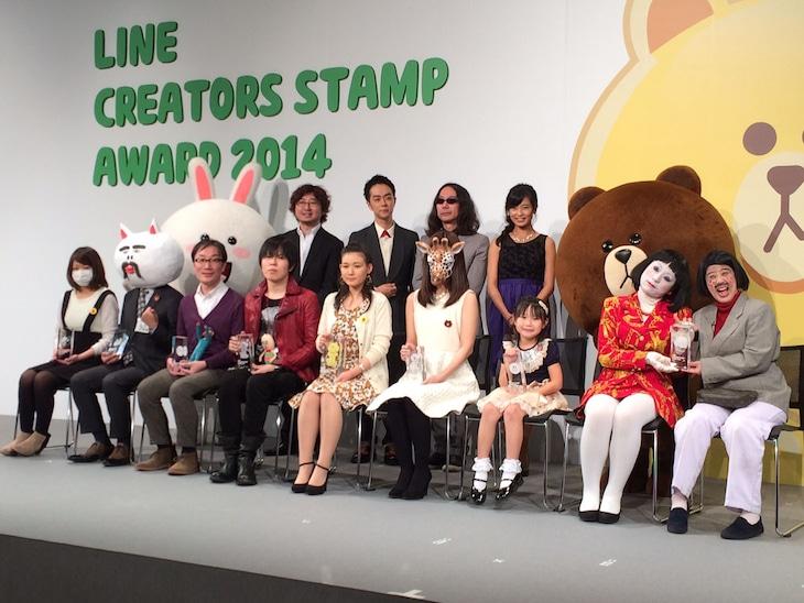 「LINE Creators Stamp AWARD 2014」フォトセッションに参加した日本エレキテル連合(前列右から2人)ら。