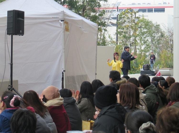 舞台に向かって歩いてくる西田ひかるらしき人物。