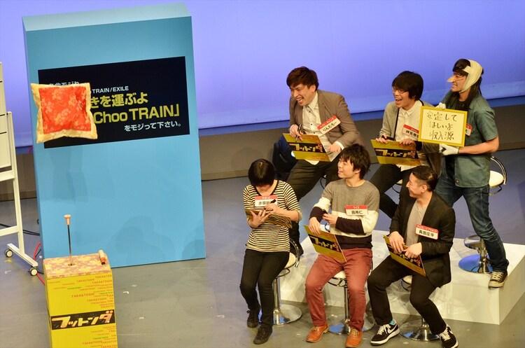 こりゃめでてーな伊藤(後列右)が布団を飛ばした瞬間。