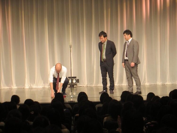 舞台に帽子を置き引退宣言をする長澤。