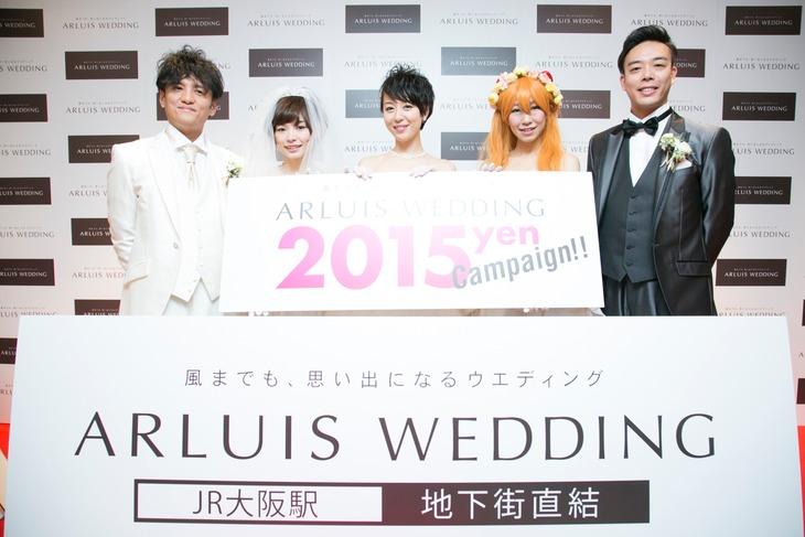 「アールイズ・ウエディング大阪 梅田サロン」のオープニング会見で結婚を発表したギャロップ毛利(右)。